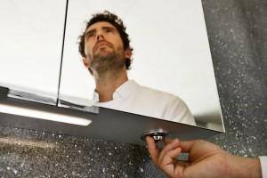Über den intuitiv bedienbaren KEUCO Drehdimmer unterhalb des Spiegelschrank-Korpus lässt sich die Helligkeit in allen drei Beleuchtungs-Szenarien stufenlos regulieren.