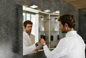 Der ROYAL 25 Spiegelschrank ist rundum verspiegelt. Im Inneren verbirgt sich viel Platz für Pflege- und Schminkutensilien. Die LED-Aufsatzleuchten sorgen für eine gleichmäßige, angenehme Gesichtsausleuchtung bei der täglichen Pflege.