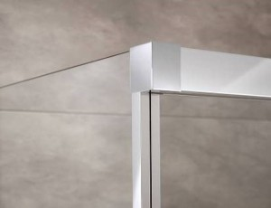 Die edle Optik der Atelier Plan Schiebetür spiegelt sich in der Verbindung zur Seitenwand wider. Bildnachweis: HSK Duschkabinenbau KG
