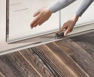 Dank des Abklappmechanismus in der Türführung kann die Atelier Plan Schiebetür für eine einfache Reinigung nach innen geschwenkt werden. Bildnachweis: HSK Duschkabinenbau KG